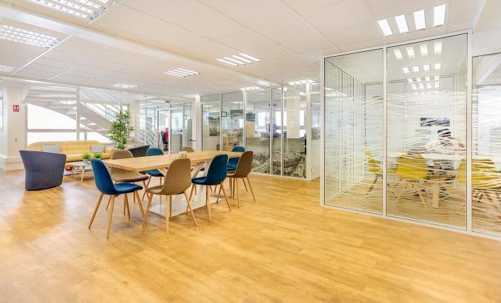 Cloisons de bureaux vitrées amovibles dans un espace de bureaux en coworking
