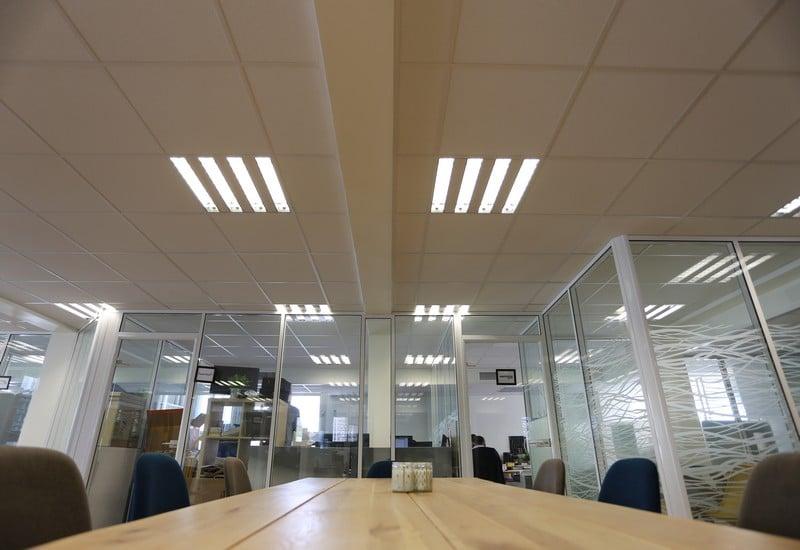 cloisons de bureaux vitrées et faux-plafond